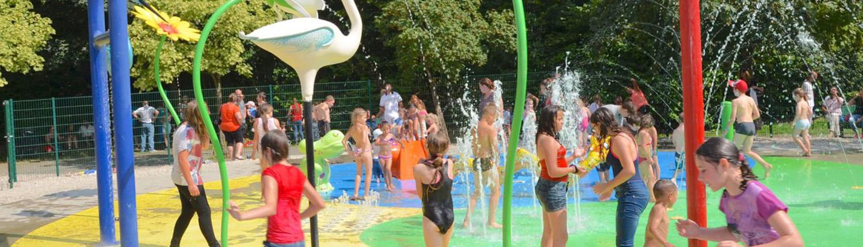 Enfants jouant avec des jeux d'eau sur le site en plein air Watissart
