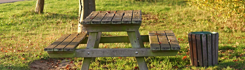 Table de pique-nique sur le site en plein air le Watissart