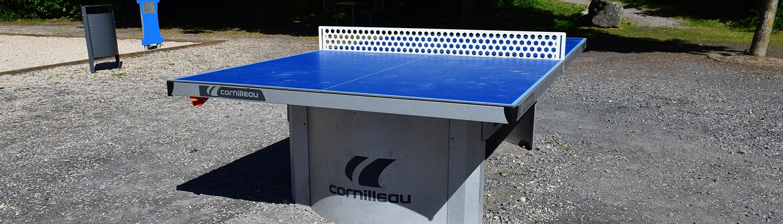 Table de tennis de table bleue sur le site en plein air Watissart