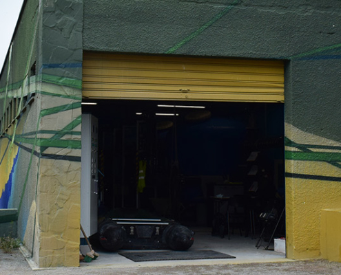 Vue extérieure du bâtiment contenant le dispositif de traitement pour avoir une eau de qualité sur l'espace baignade du site plein air Watissart