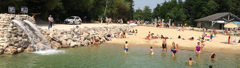 Adultes et enfants sur l'espace baignade du site plein air Watissart