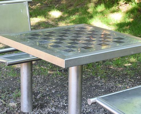 Une table d'échecs pour utilisation extérieure sur le site en plein air Watissart
