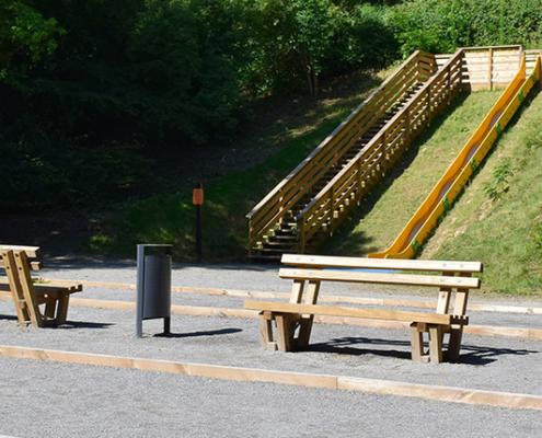 Deux terrains de pétanque, des bancs et un toboggan pour les enfants sur site en plein air Watissart